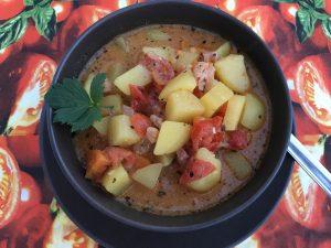 Deftiges Kartoffelgulasch mit Speck - Rezept für ein schnelles Kartoffelgericht