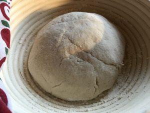 Glutenfreies Brot im Garkörbchen gehen lassen