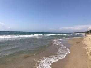 Menschenleerer Sandstrand von Kyllini