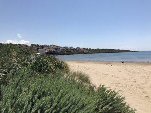 Strand von Arkoudi - Ort im Hintergrund
