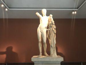 Skulptur der griechischen Götter Hermes und Dionysos als Knabe - Olympia