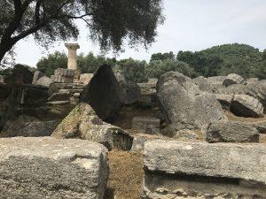 Umgestürzte Säulen auf den Grabungsstätten in Olympia - Peloponnes