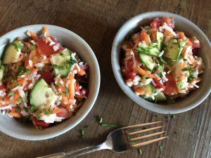 Leichter Reissalat mit bunter Rohkost