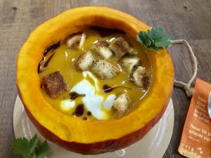 Sämige Kürbissuppe mit Brotcroutons und Creme Fraiche