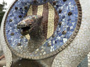 Brunnen mit Schlangenkopf im Parc Guell Barcelona