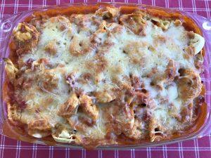 Tortellini al forno mit Tomatensoße, Schinken und Erbsen
