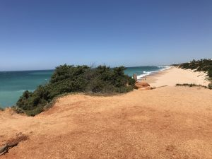 Blick vom Felsvorsprung der Cala Roche zum Playa La Barrosa