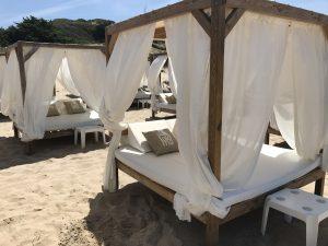 Daybeds der Strandbar La Loma - Playa La Barrosa