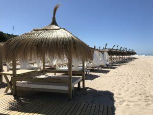 Strandliegen der Bar La Loma am Playa La Barrosa
