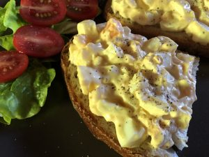 Cremiger Eiersalat aufs Brot