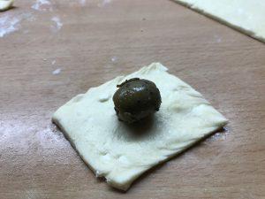 Olive mit Teig umhüllen für Oliven-Bonbon