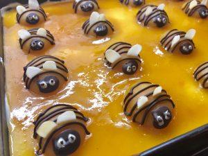 Bienenkuchen mit Aprikosen und Schmand