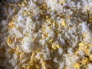 Rührei und Reis für Nasi Goreng